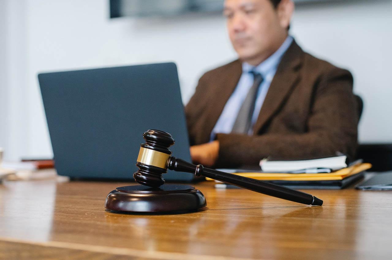 Adwokat, kiedy warto się do niego wybrać?